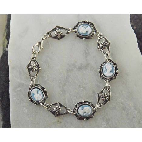 Finishing Touch Cameo in Scalloped Frame Link Bracelet